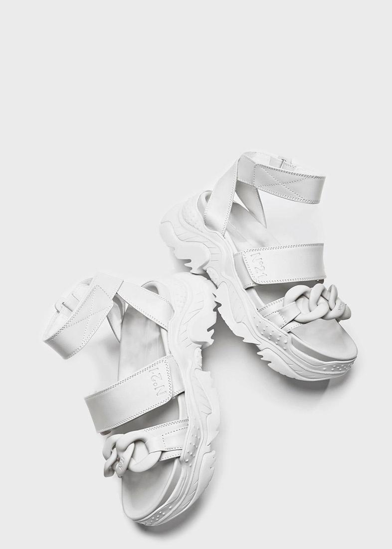 Белые сандалии N21 с декором-цепочкой