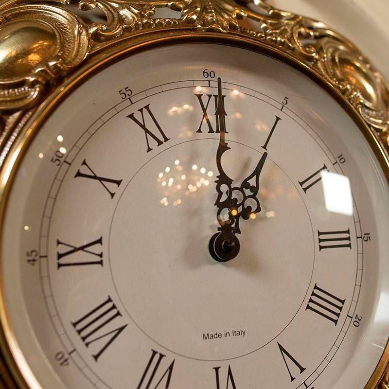 Настенные часы Capanni с декором золотистого цвета