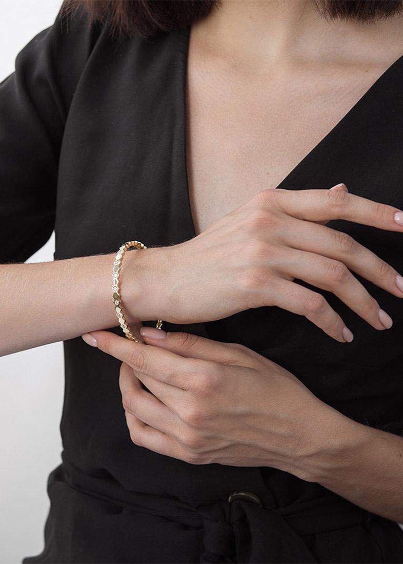 Браслет с фианитами из желтого золота жесткой формы