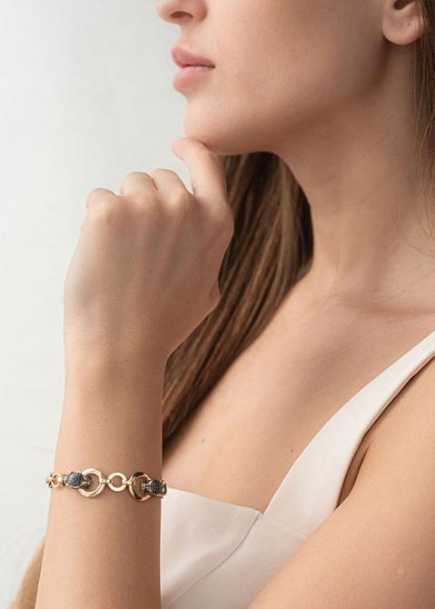 Золотой браслет с крупными звеньями и пантерами, фото