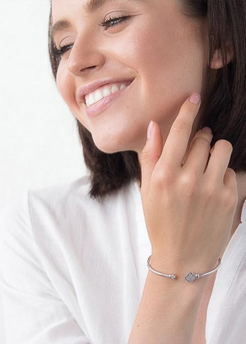 Золотой незамкнутый браслет с фианитами Клевер, фото
