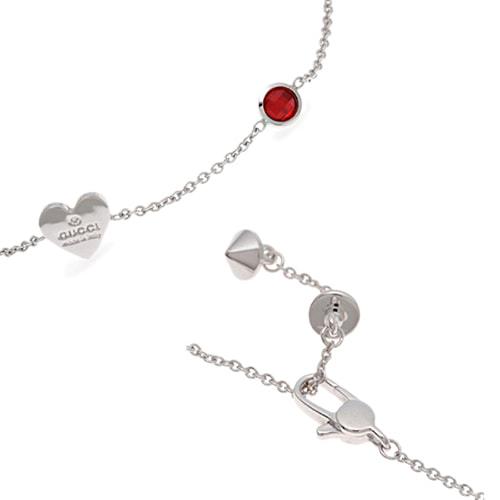 Тонкий браслет-цепочка Gucci Trademark с подвеской-сердцем и круглыми красными кристаллами, фото