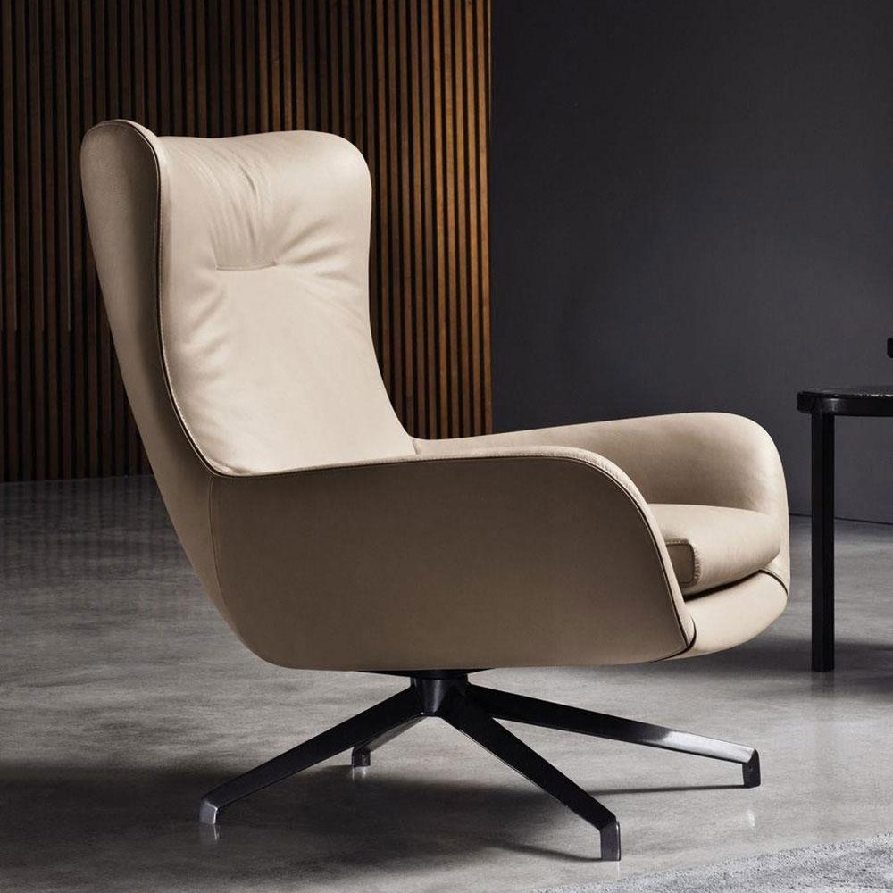Бежевое кресло Мinotti Jensen из кожи и текстиля