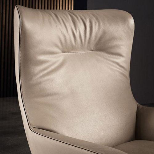 Бежевое кресло Мinotti Jensen из кожи и текстиля, фото