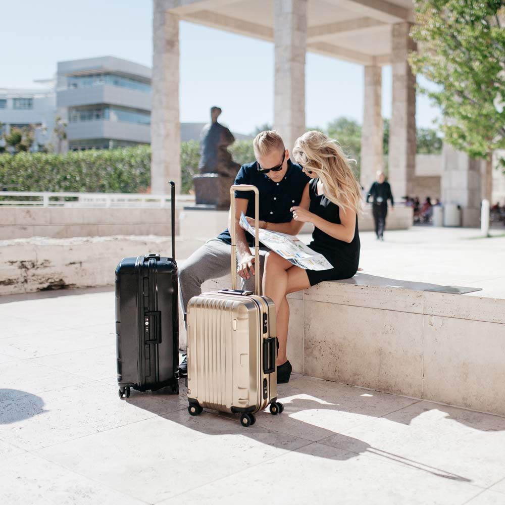 Средний золотистый чемодан 47,5x66x28см Lojel Kozmos Interlock с металлическим блеском на колесиках